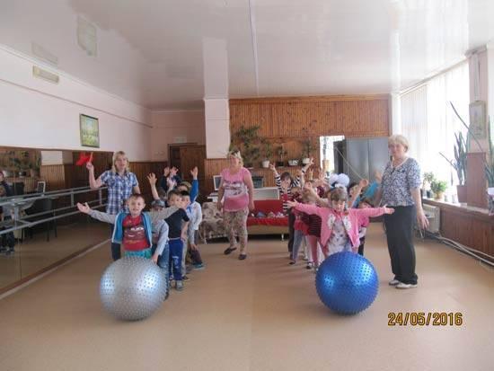 Спортивные соревнования в сельском клубе с участием родителей